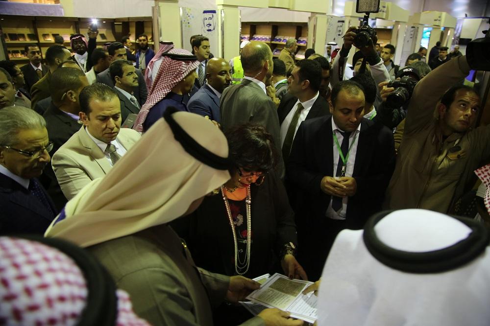 د. إيناس عبد الدايم بمعرض الكتاب اليوم 3