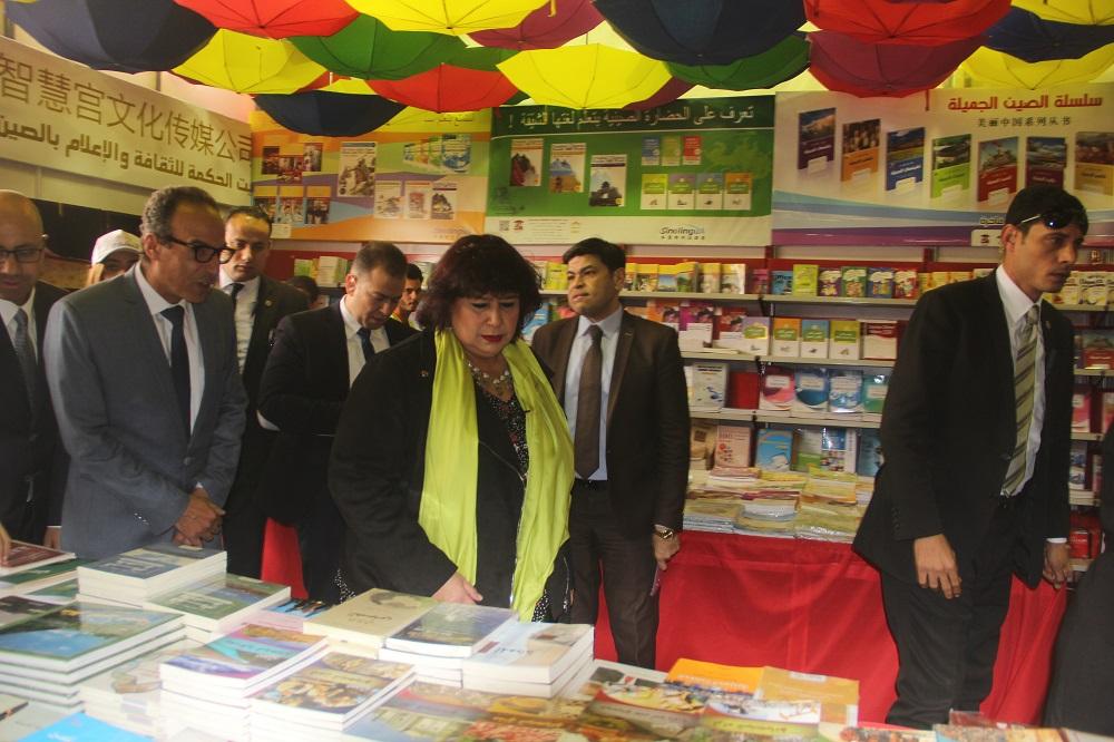 د.إيناس عبد الدايم فى زيارة لمعرض الكتاب 3