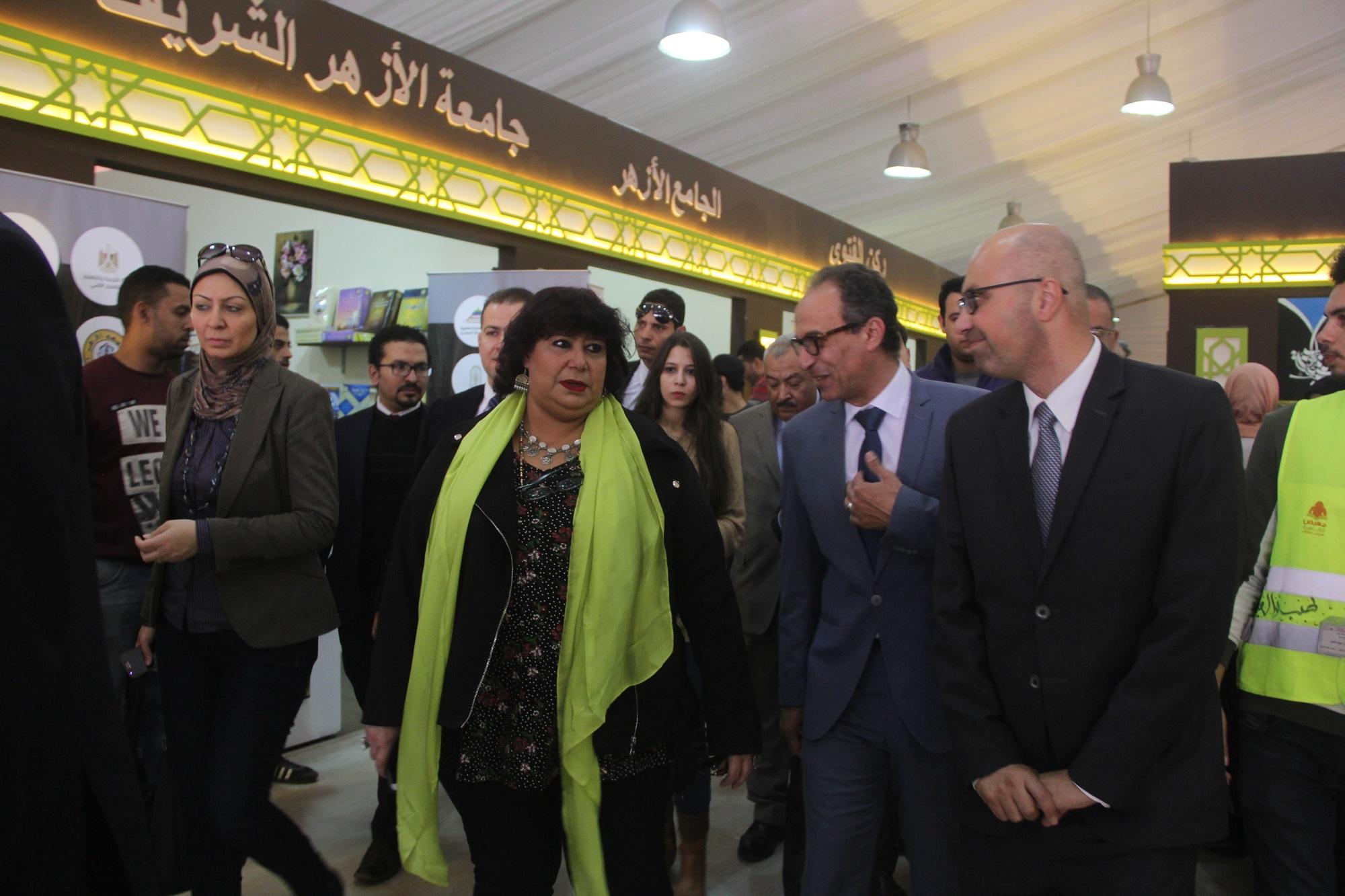د.إيناس عبد الدايم فى زيارة لمعرض الكتاب 1