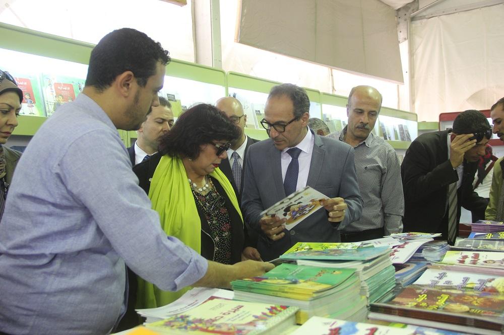 د.إيناس عبد الدايم فى زيارة لمعرض الكتاب 2